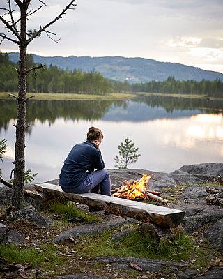 Lagerfeuer am See - p1124m933508 von Willing-Holtz