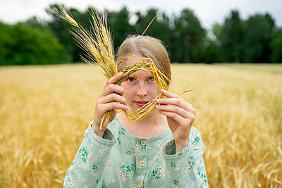 Young woman in cornfield, portrait - p1646m2258909 by Slava Chistyakov