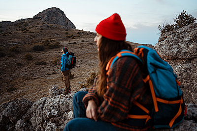 Couple exploring rocky mountain during vacation - p300m2241102 by Rafa Cortés