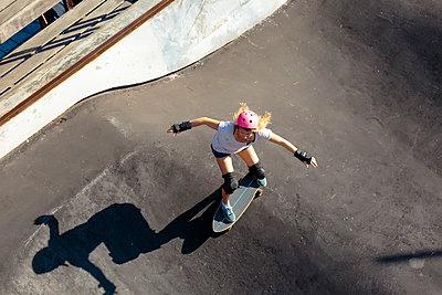 Woman skateboarding in skate park, Canggu, Bali, Indonesia - p343m1543776 by Konstantin Trubavin