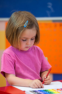 Preschool girl with colouring pen in classroom - p429m1227187 by RUSS ROHDE
