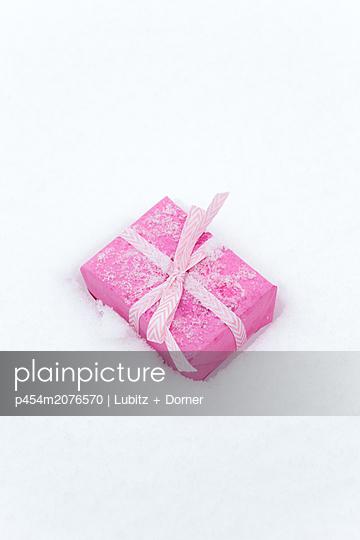 Christmas present - p454m2076570 by Lubitz + Dorner