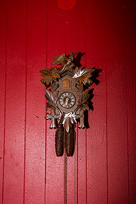 Cuckoo-clock on red wall - p1059m2209215 by Philipp Reiss