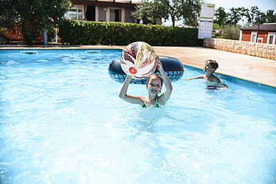 Little girl swimming in the pool - p1166m2159631 by Cavan Images
