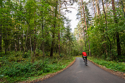 Athlete mountainbiking in the woods - p300m2060866 by Kike Arnaiz