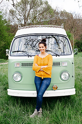 Young woman staniding in front of her camper with arms crossed - p300m2114403 von Epiximages