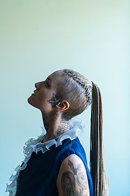 Tattooed woman - p427m2076111 by Ralf Mohr