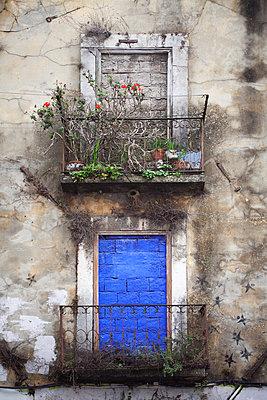Zugemauerte Fenster in Lissabon - p792m2210097 von Nico Vincent