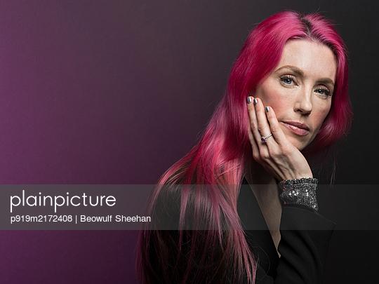 Frau mit roten Haaren, Portrait - p919m2172408 von Beowulf Sheehan