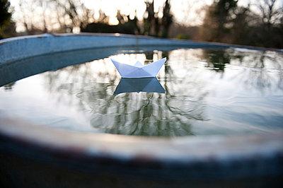 Paper boat - p1116m903991 by Ilka Kramer