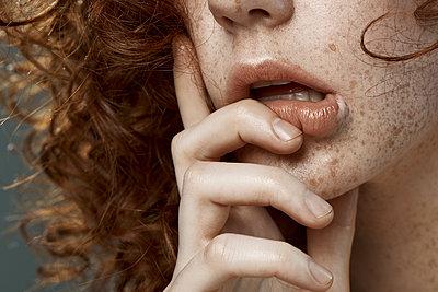 Nachdenkliche junge Frau - p1561m2133230 von Andrey Cherlat