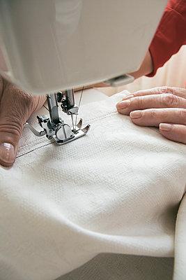 Woman using a sewing machine - p300m1130023f von Andrés Benitez
