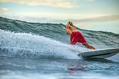 Indonesia, Bali, man surfing - p300m1228046 by Konstantin Trubavin