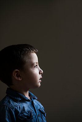 Scared little boy, portrait - p794m2031110 by Mohamad Itani