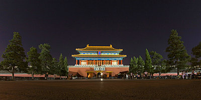 Night view of the colorful north entrance gate to The Forbidden City, Beijing, China, Asia - p8713899 by Billy Hustace