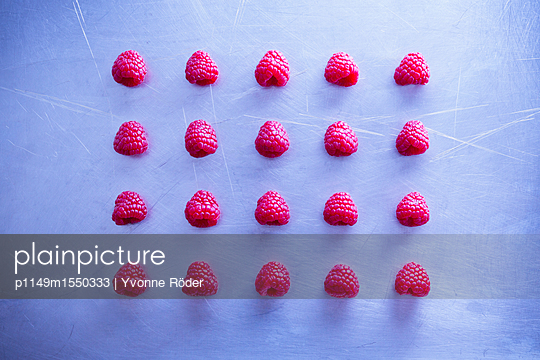 Raspberries - p1149m1550333 by Yvonne Röder