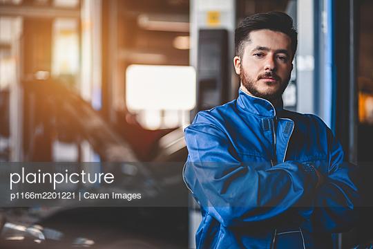 Portrait of a car mechanic in a garage - p1166m2201221 by Cavan Images