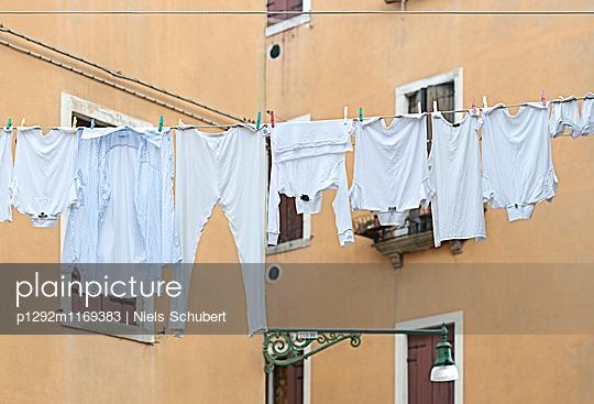 Wäsche auf der Leine im Hinterhof - p1292m1169383 von Niels Schubert