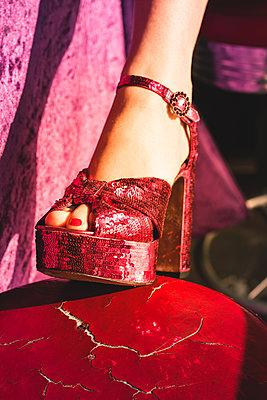 Sexy Heels in Tabledance-Bar - p045m2089385 von Jasmin Sander