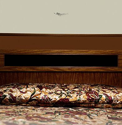 Bett im Hoel - p230m889864 von Peter Franck