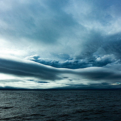 Dramatic sky over Pacific Ocean - p280m2237881 by victor s. brigola