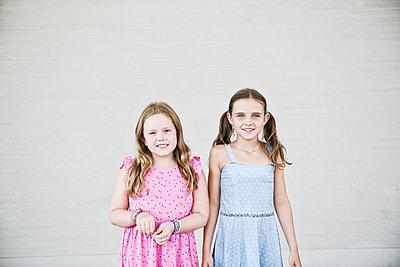 Zwei Mädchen in Sommerkleidern - p318m1477348 von Christoph Eberle