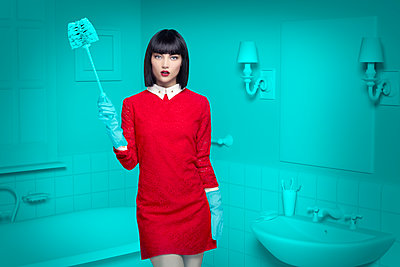 Caucasian woman in teal old-fashioned bathroom holding cleaning brush - p555m1304584 by Chris Clor