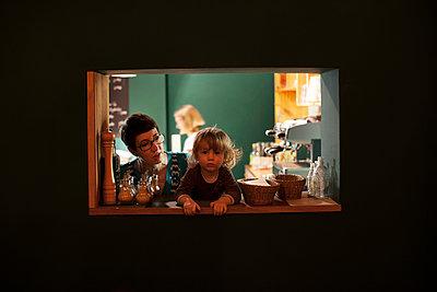 Durchreiche in der Küche - p906m1362792 von Wassily Zittel