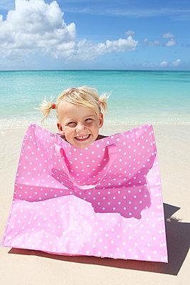 Kleines Mädchen mit guter Laune - p045m899643 von Jasmin Sander