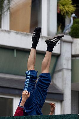 Mann fällt hinter eine Mauer - p4970115 von Guntram Walter