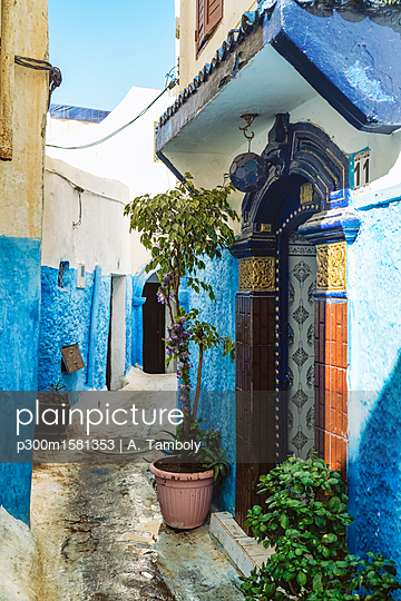 Morocco, Rabat, alley and house entrance - p300m1581353 von A. Tamboly