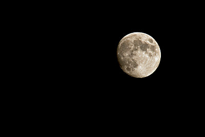 Scenic view of the moon against dark sky - p1025m789099f by Serkan Günes