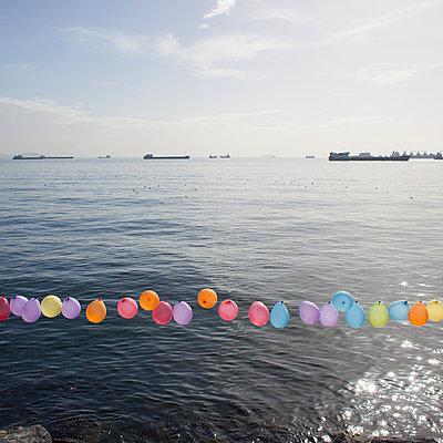 Luftballon-Girlande - p1138m971481 von Stéphanie Foäche