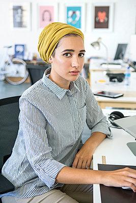 Junge Frau, Startup Unternehmen - p1156m1572826 von miep