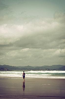 Frau alleine am Stand - p1443m1503278 von SIMON SPITZNAGEL