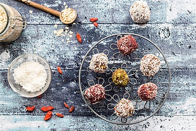 Various Bliss Balls on cooling grid - p300m1449718 by Sandra Roesch