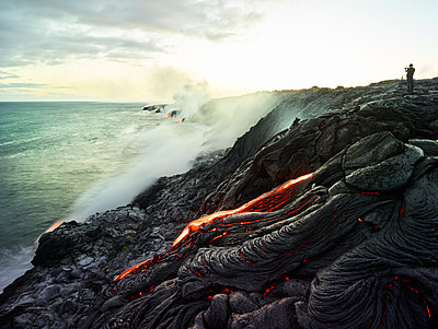 Hawaii, Big Island, Hawai'i Volcanoes National Park, lava flowing into pacific ocean, photographer - p300m1567854 von Christian Vorhofer
