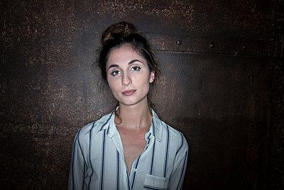Portrait of woman - p427m1194980 by Ralf Mohr