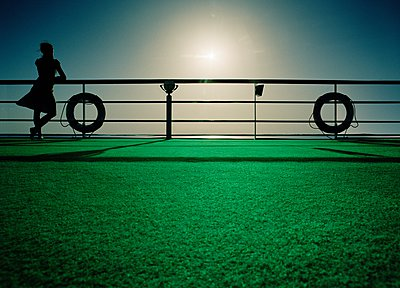 Woman leaning against handrails on Nile cruise ship, Egypt - p429m1079842 by Kent Krogh