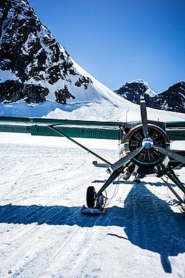 Propellerflugzeug mit Kufen in Alaska - p741m2168708 von Christof Mattes