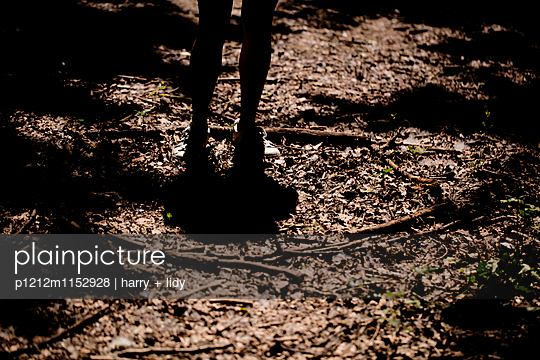 Kinderbeine im Wald - p1212m1152928 von harry + lidy