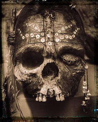 Dekorierter Totenschädel - p1154m1110148 von Tom Hogan