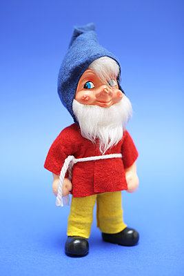 Gnome against blue background - p237m2007602 by Thordis Rüggeberg