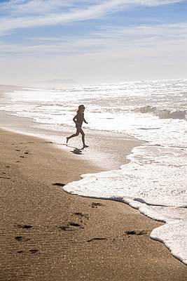 Girl playing on the beach, California, USA - p756m2053383 by Bénédicte Lassalle