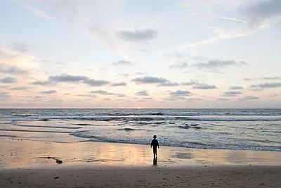 Boy on the beach - p756m2087324 by Bénédicte Lassalle
