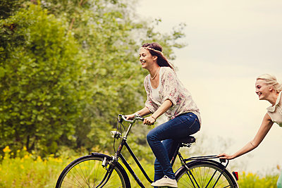 Freundinnen mit Fahrrad - p904m932248 von Stefanie Päffgen