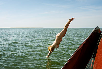 woman swimming Waddensea - p1132m1486816 by Mischa Keijser