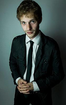 Junger Mann mit Krawatte - p1180m1119437 von chillagano