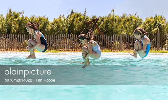 Sprung ins Wasser - p076m2014022 von Tim Hoppe