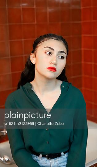 Junge brünette Frau in grünem Shirt - p1521m2128958 von Charlotte Zobel